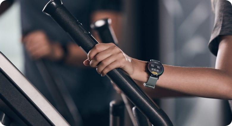 Во время тренировок на эллиптическом тренажере смарт-часы отслеживают ваш пульс